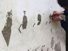Empezó a quitar la pintura de este viejo edificio. Momentos más tarde sorprende a todos #viral