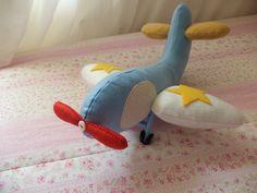 Avião confeccionado em feltro, enchimento acrílico, detalhes de botões. Ideal para decoração de quarto infantil, de festas no tema Pequeno Príncipe, Aviador. Pode ser feito em outras cores.  Medidas aproximadas de 32 cm de largura (asa a asa) e 32 cm de comprimento. R$ 32,00