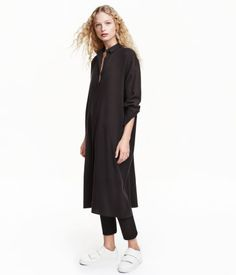 Black. Oversized shirt in soft, woven fabric. Turn-down collar, buttons at front, slightly dropped shoulders, and long sleeves with cuffs with buttons.