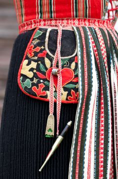 "A sewing pocket! ""A woman from Leksand i Dalecarlia wears her sewing tools hanging from the apron belt. As well as the finely decorated pocket, a knife, needle case and a thimble are part of her costume. Swedish Embroidery, Wool Embroidery, Scandinavian Embroidery, Embroidery Stitches, Sewing Case, Sewing Tools, Textiles, Sewing Pockets, Scandinavian Folk Art"