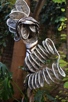 Monica Montal ; Escultura en hierro , aluminio y chapa .