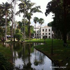 Andar pelos jardins do Palácio do Catete é andar pela história do Brasil. Na época em que o Rio de Janeiro era a capital do país, o Palácio serviu de residência aos presidentes. O jardim é aberto ao público, e aos domingos a entrada no museu é gratuita. Foto e texto: @vamos_viajar