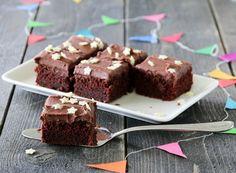 Mitt syn i den pågående kakedebatten (pose vs laget fra bunnen av) er uten tvil at de beste kakene er de du baker selv! Som for eksempel denne enkle, saftige og holdbare langpannekaken med sjokolad…