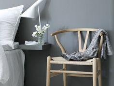 00-chambre-a-coucher-avec-meuble-suedois-meubles-scandinaves-murs-gris-chaise-en-bois-clair
