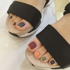 The advantage of the gel is that it allows you to enjoy your French manicure for a long time. There are four different ways to make a French manicure on gel nails. Korean Nail Art, Korean Nails, Pedicure Nail Art, Toe Nail Art, Stylish Nails, Trendy Nails, Hair And Nails, My Nails, Feet Nails