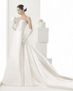 Robe bustier avec jolie traîne, couleur naturelle effet satin. Simple, Classique et romantique.