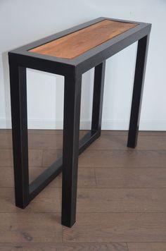 Console bois et métal entièrement réalisée sur mesure par Hewel mobilier. La structure de cette console ou meuble d'appoint est en acier à la finition canon de fusil et son plateau est en chêne massif