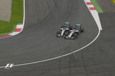 Hamilton détruit Rosberg !  Après une magnifique bataille avec son coéquipier Nico Robserg, Lewis Hamilton a remporté le Grand Prix d'Autriche ce dimanche. Le pilote britannique a doublé l'Allemand lors du dernier tour après un accrochage. Max Verstappen (Red Bull) et Kimi Räikkönen (Ferrari) en ont prof...