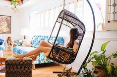 Кресло-качалка создаст в комнате атмосферу уюта и сделает ее оригинальной.