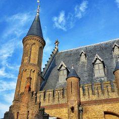 Nee dit is niet het kasteel van Ivanhoe maar de Ridderzaal. De Ridderzaal is het voornaamste gebouw van het 13e eeuws Binnenhof in Den Haag.   No this is not the castle of Ivanhoe but the Ridderzaal. The Ridderzaal (Hall of Knights) is the main building of the 13th century Binnenhof in The Hague Netherlands   #igholland #ig_netherlands #instanetherlands #denhaag #dutch #holland #loves_netherlands  #igersholland #Instadaily #igersdenhaag #nederland  #thehague #eckhardtfotografie…