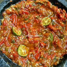 Sambal Terasi Pedas Tanpa Bawang Bikin Ketagihan - Recipes World Indonesian Sambal Recipe, Indonesian Cuisine, Asian Cooking, Easy Cooking, Cooking Recipes, Chilli Dish, Sambal Sauce, Mie Goreng, Asian Recipes