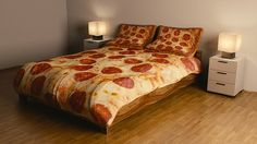 Ever crawled into bed hoping it was a large greasy pizza from your local pizza place? well now you can get close. These pepperoni pizza bed sheets will. Bed Sets, My New Room, My Room, Hamburger Bed, Objet Wtf, Pizza Salami, Pizza Pizza, Best White Elephant Gifts, Ideas Geniales