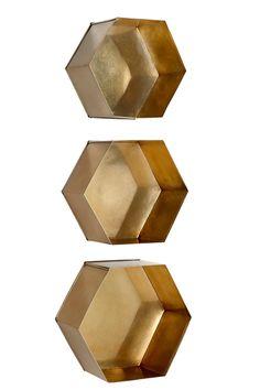 Sexkantiga vägghyllor i olika storlekar som går att kombinera ihop. Av lackad metall. Stor 30x27x14 cm, mellan 28x25x14 cm och liten 26x23x14 cm. <br><br>