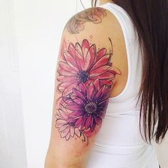 Tatuagem feita por Adrian Bascur de Viña del mar, Chile. Flores em cores rosa e violeta.
