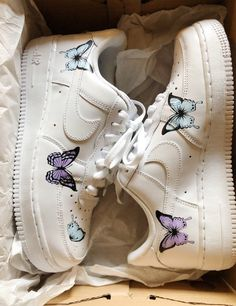 Today, Sneakers come in different sizes and shapes. Shoe companies of today develop special types of sneakers for people with flat feet, high arch. Cute Nike Shoes, Cute Nikes, Jordan Shoes Girls, Girls Shoes, Sneakers Fashion, Shoes Sneakers, Nike Fashion, Fashion Shoes, Fashion Women