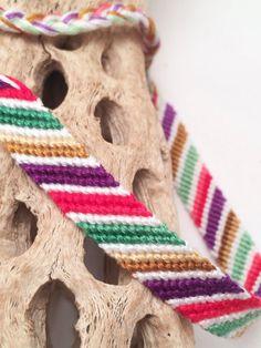 bracelet de 1 amitié : motif « candy stripe » classique en blanc, violet, rouge, vert et tan. Le fil utilisé dans ce bracelet est varié, donc les nuances varient le long de la longueur. Ce bracelet est prêt-à-partir - vous recevrez le bracelet exacte que vous voyez sur la photo. (Je fais de mon mieux pour photographier les couleurs avec précision, mais il peut être différent sur votre ordinateur que dans la vraie vie). Mesures approximatives et autres détails : Section noué/main : 6.5...