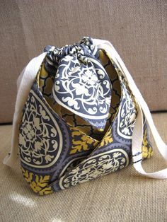 Oh, this looks like fun, especially on a day I'm not up to challenges. 2 fabrics, sew, flip, fold, sew, done. One Lucky Day: purse