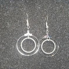 Une magnifique paire de boucles d'oreilles/créole argentée