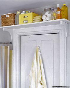 Creëer extra opberg ruimte door een (boeken)plank boven de deur te plaatsen