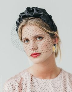 Vintage inspiration that will give a touch of sophistication to your looks. Millinery Hats, Fascinator Hats, Fascinators, Hat Hairstyles, Vintage Hairstyles, Headdress, Headpiece, Wedding Hats For Guests, Timeless Fashion