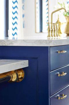 Richardson's Royal Blue, Gold, and White Kitchen Royal Blue Kitchen - Sarah Richardson Design Blue Kitchen Island, Blue Kitchen Cabinets, White Cabinets, Gold Kitchen, Kitchen Tips, Kitchen Ideas, Sarah Richardson, Blue White Kitchens, Design Rustique