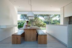 20120723_arq10427_mesa de jantar conforto rústico no espaço cozinha ampla via: blog.arkpad.com.br/?p=1256#