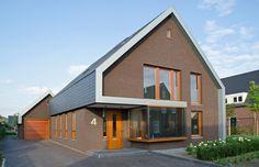 vooraanzicht huis zinken boeiboord en leien dak. Architect: Jeroen Dingemans