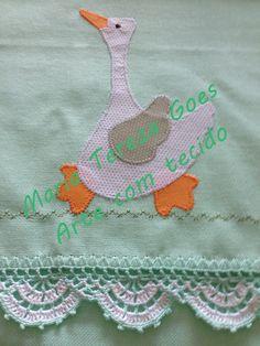 Pano de prato em tecido 100% algodão, com aplicação em patchcolagem e bico de crochê