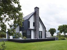 Een nieuwe villa aan het water. Stucwerk, cederhout, metselwerk, veel glas en een groot terras. Van ENZO architectuur & interieur ® uit Burgerveen.