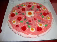 Para los más goloso traigo una pizza muy dulce, el capricho de cualquier adepto a las chuches. Te invito a una porción... Candy Cakes, Candy Favors, Candy Gifts, Sweetie Cake, Candy Party, Birthday Crafts, Marshmallow, Paper Crafts For Kids, Food To Make