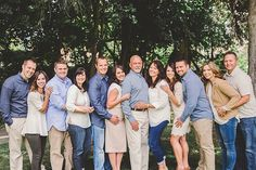 This cool-toned neutral palette looks great! Love the variations on top and bottom. In a group this large, gradients work! Extended Family Pictures, Family Photos What To Wear, Summer Family Pictures, Large Family Poses, Summer Family Photos, Group Family Pictures, Family Reunion Photos, Family Picture Colors, Family Picture Poses