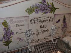 Perchero Vintage realizado con la tapa de una mesilla de noche, decorado con chalk paint y papel de arroz