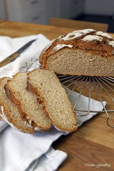 Roggen-Joghurt-Brot Rye yoghurt bread is a delicious and fast mixed bread. The portion is enough for a small family or a two-person household. Rye Bread, Bread Bun, Yogurt Bread, Pampered Chef, Food Blogs, Bread Baking, Smoothie Recipes, Bread Recipes, Food And Drink