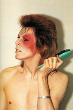 Bowie UK Tour backstage by Mick Rock David Bowie Makeup, David Bowie Pictures, Mullet Haircut, Bowie Starman, 70s Aesthetic, Idole, Ziggy Stardust, Favorite Tv Shows, Hair Cuts