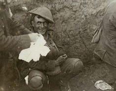 Um soldado em choque em uma trincheira durante a Batalha de Courcelette, em meados de setembro de 1916. Schock Sell foi o nome dado à reação dos soldados na Primeira Guerra Mundial ao trauma da batalha. Ele foi descrito como uma reação à intensidade do bombardeio e combate, que produzia um desamparo que aparece várias vezes como pânico: incapacidade de raciocinar, dormir, andar ou falar