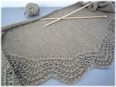 Fan and Feather Shawl to knit: English version is available for free download on this site - love the scallops