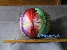 この手毬は祖母が作った物は持っていますが 母が作った物は残念ながら持っていず また母が作っている所も見たことが無いです。 私の場合、25番刺繍糸を使用しているので その時の糸の在庫や気分で色を選ぶことも多く 写真を見ると同じものは無い事に改めて気づいたり それなりの数作っているのに改めて驚いたりしています。