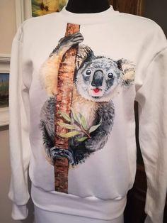 RATUJEMY KOALE :) Takie panele można kupić w naszym sklepie. Część wpływów jest przeznaczona na ratowanie endemicznie żyjących misiów koala, których populacja drastycznie maleje w wyniku szalejących w Australii pożarów.  #koala #Australia #koalarescue #bluza #sewing #koalaart #sewingbag #dres #topmoda Malec, Hoodies, Sweatshirts, Australia, Sweaters, Fashion, Moda, La Mode, Sweater