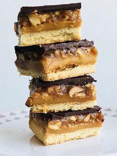 Prăjitură Snickers făcută în casă, o rețetă simplă și delicioasă – Chef Nicolaie Tomescu Marshmallows, Tiramisu, Caramel, Deserts, Sweets, Cooking, Ethnic Recipes, Food, Desserts