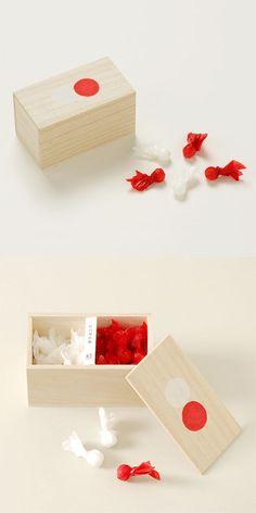 【桐箱に入った紅白寿砂糖(中川政七商店)】/ 桐箱に、紅白の紙で包んだ丸いお砂糖を入れました。お祝いや引き出物などにぴったりです。 桐箱の蓋に描かれた紅白印がポイントです。 #package #weddinggift #gifts