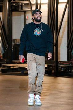 Every Sneaker Worn By Kyrie Irving This Season Streetwear Mode, Streetwear Fashion, Nba Fashion, Mens Fashion, Nba Legends, Men Street, Street Wear, Kyrie Irving, Irving Nba