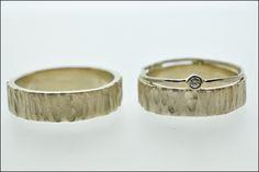Trouwringen | Juweliers Claessens Ruwe matte structuur gecombineerd met een wit gouden hoogglans bandje in 18kt wit goud. Damesring bezet met een klein briljantje.