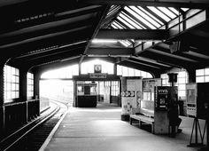 Menschenleerer Geisterbahnhof im Sommer 1979: die U-Bahnstation Gleisdreieck…