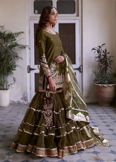 Nikaah Outfit Idea - Source by anglieheer - Shadi Dresses, Pakistani Formal Dresses, Pakistani Wedding Outfits, Pakistani Bridal Dresses, Pakistani Dress Design, Bridal Outfits, Pakistani Gharara, Pakistani Clothing, Pakistani Mehndi Dress