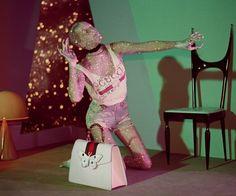 Poucos meses atrás, a Gucci publicou no Instagram algumas fotosde robôs e criaturas intergaláticas vestindo o Inverno 18 da marca frente a um fundo verde, com a legenda #gucciandbeyond. Essas imagens eram apenas um teaser do que viria a seguir na nova campanha da grife italiana.Transportando a moda maximalista da Gucci para um universo paralelo numa galáxia muito distante, Glen Luchford assina as fotos e filme da campanha inspirada por programas de TV e filmes de ficção científica dos anos…