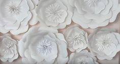 Большие цветы из бумаги - отличное украшение на стены. Такие бумажные цветы можно сделать своими руками.  Для фото сессии или для украшения интерьера - это то что надо.