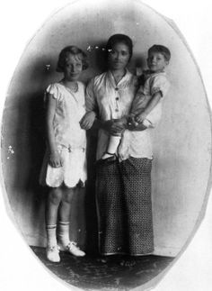 European children and theirbaboe (nanny), Indonesia,1925-1935. Source: Tropenmuseum