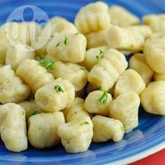 Nhoque caseiro @ allrecipes.com.br - Uma clássica receita italiana de nhoque com batata, farinha e ovo. Esta é uma das receitas favoritas da minha família, que tem sido usada por várias gerações.