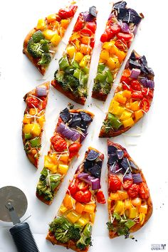 Rainbow Veggie Flatbread Pizza - quick, healthier, and SO tasty! | gimmesomeoven.com