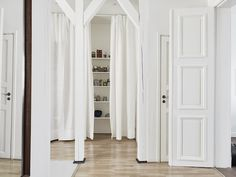 White linen. An elegant Swedish space with a mid-century touch. Entrance mäkleri.